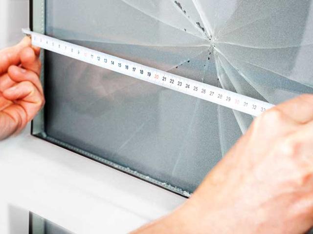 Разбитый стеклопакет в пластиковой двери