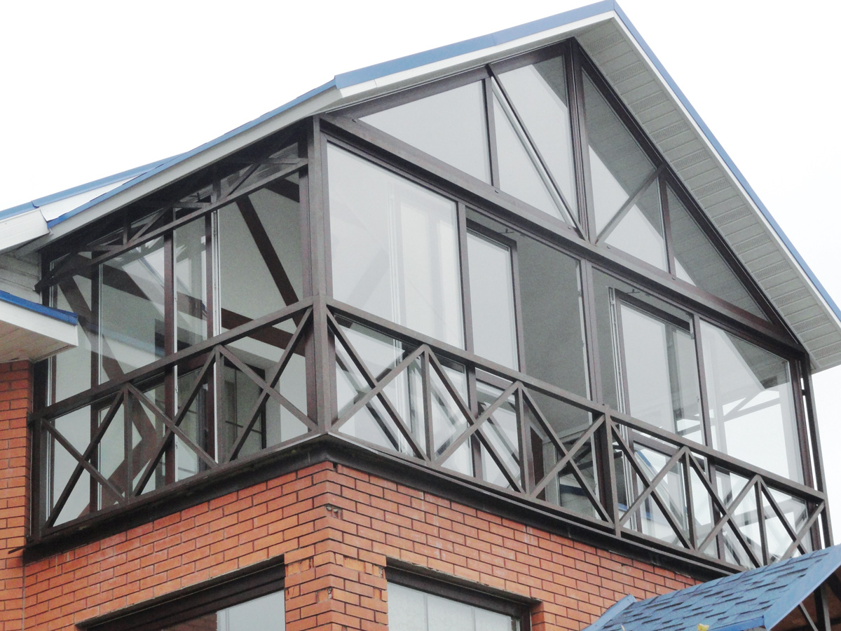 Остекление балкона пластиковыми окнами и дверями патио.