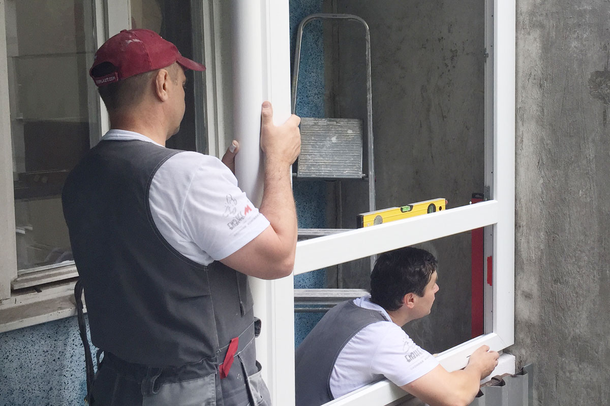 Установка рамы окна с соблюдением вертикального и горизонтального уровня